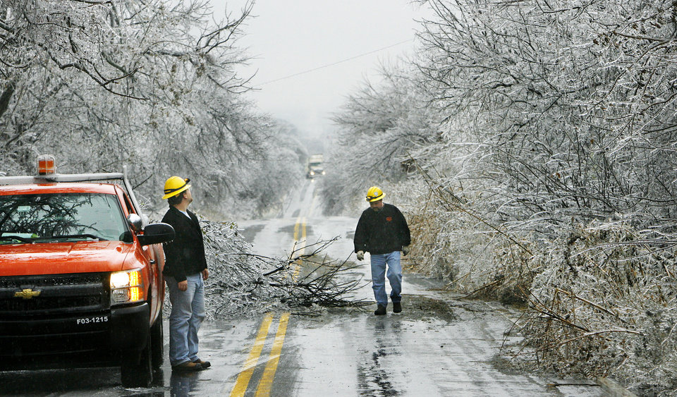WINTER / COLD / WEATHER: OG&E crew check tree limbs and ice on power lines along Britton Rd. between Air Depot and Midwest Blvd. Ice storm in eastern Oklahoma County, Monday morning, Dec. 10,  2007.  By Jim Beckel, The Oklahoman. ORG XMIT: KOD
