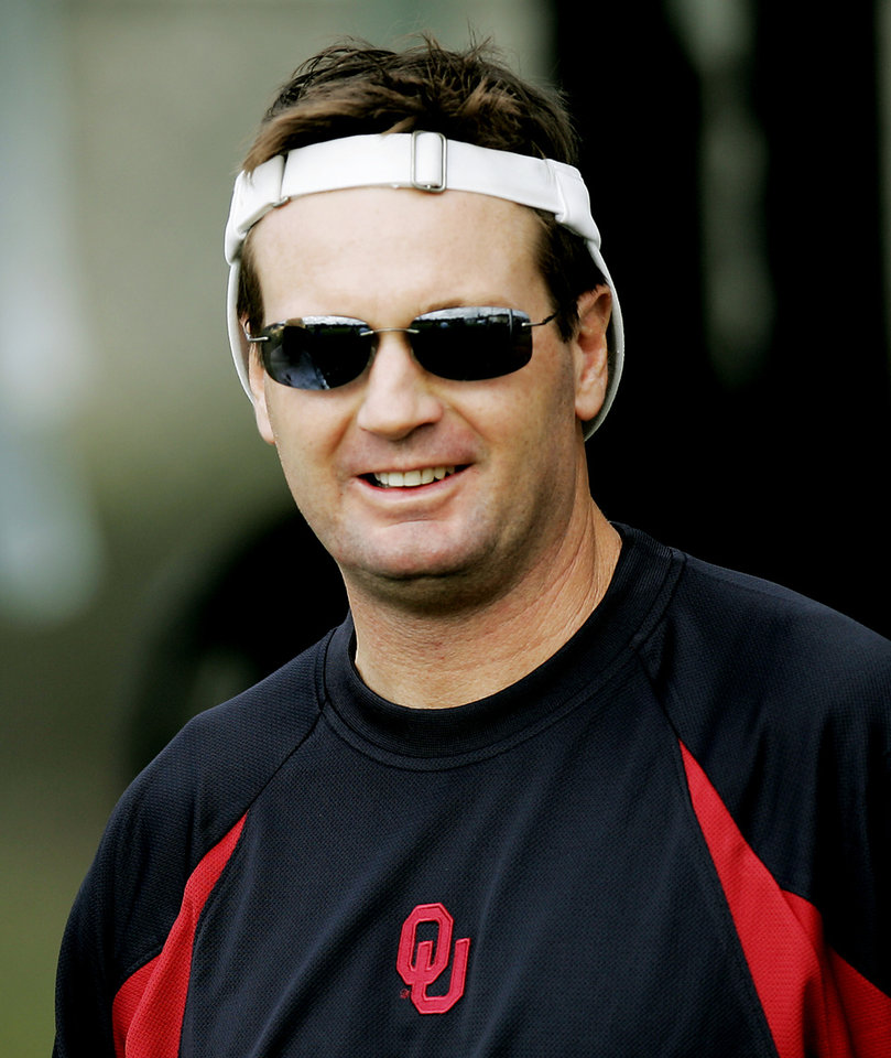Photo - MIAMI, FL, FRIDAY, DECEMBER 31, 2004.     UNIVERSITY OF OKLAHOMA COLLEGE FOOTBALL, NATIONAL CHAMPIONSHIP: OU head coach Bob Stoops sports a reversed visor as he heads to practice Friday afternoon in Miami. OU plays the University of Southern California (USC) in the Orange Bowl Jan. 4. Oklahoman photo by Ty Russell.