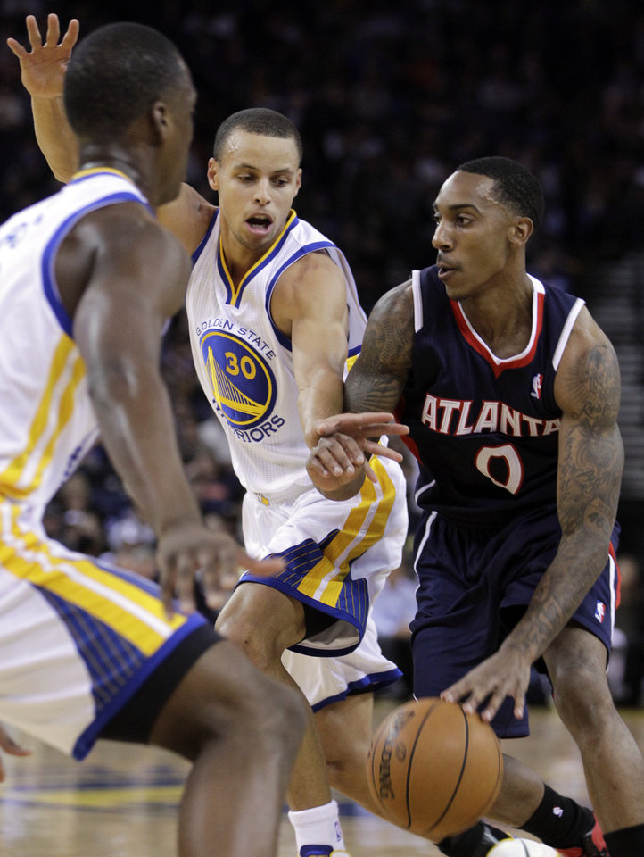 Atlanta Hawks' Jeff Teague, right, drives the ball against Golden State Warriors' Stephen Curry during the first half of an NBA basketball game Wednesday, Nov. 14, 2012, in Oakland, Calif. (AP Photo/Ben Margot)