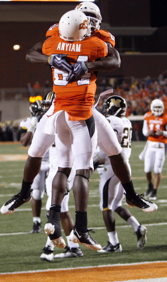 Photo - Hubert Anylam gets a sky hug from Justin Blackmon after scoring for the Cowboys during the first half of the during the college football game between Oklahoma State University (OSU) and the University of Missouri (MU) at Boone Pickens Stadium in Stillwater, Okla. Saturday, Oct. 17, 2009.  Photo by Steve Sisney, The Oklahoman