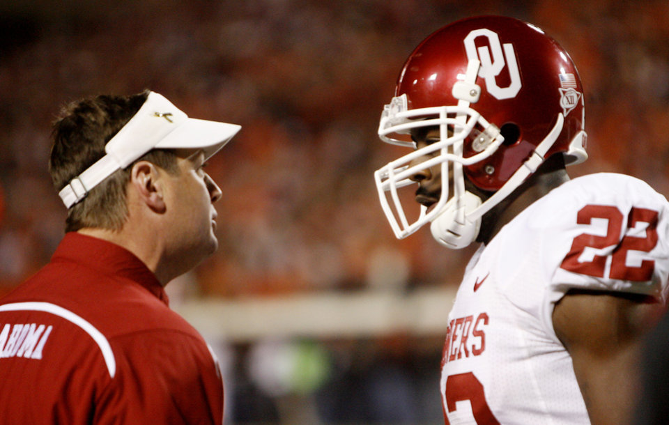 OU head coach Bob Stoops talks with Keenan Clayton during the first half of the college football game between the University of Oklahoma Sooners (OU) and Oklahoma State University Cowboys (OSU) at Boone Pickens Stadium on Saturday, Nov. 29, 2008, in Stillwater, Okla. STAFF PHOTO BY SARAH PHIPPS