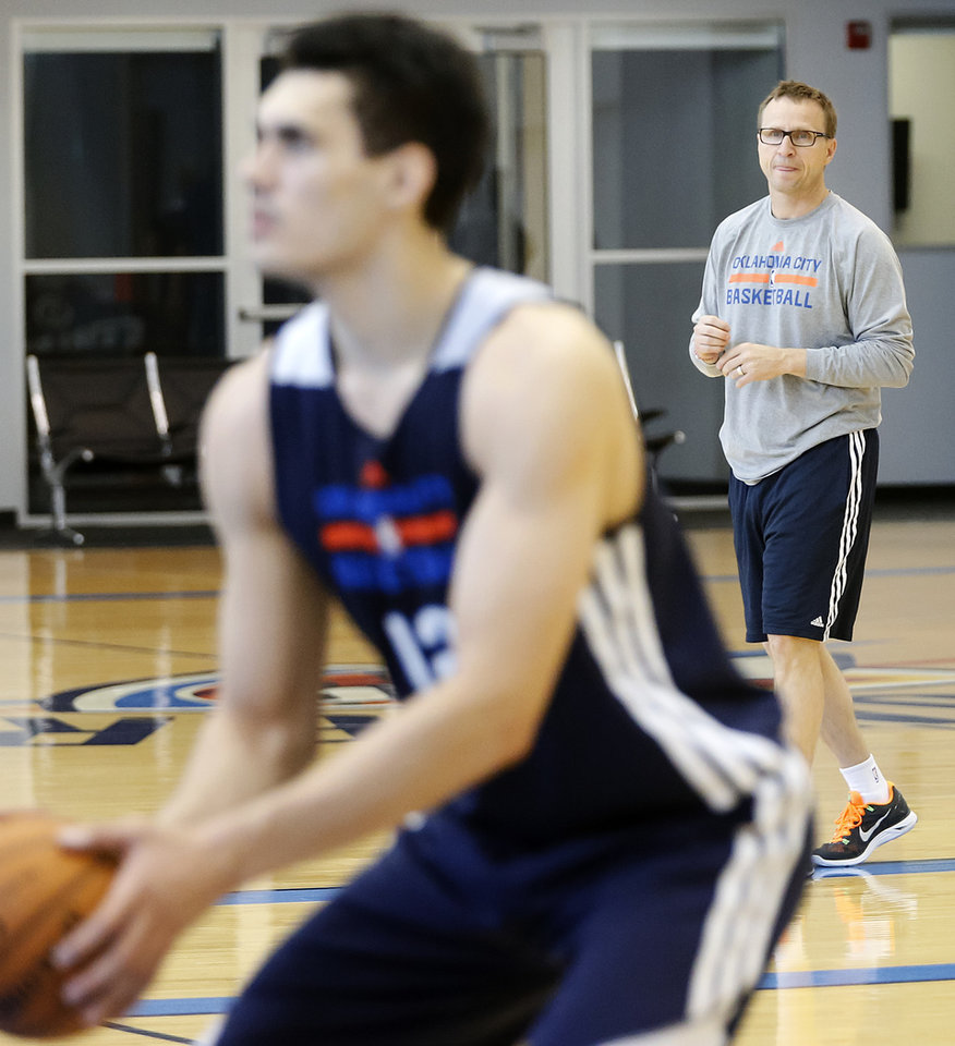 Photo - Coach Scott Brooks looks on as Steven Adams prepares to take a shot during the Oklahoma City Thunder media availability at the Thunder practice facility in Oklahoma City, Okla. on Monday, May 12, 2014.  PHOTO BY CHRIS LANDSBERGER, The Oklahoman