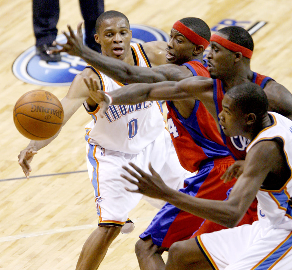 Photo - EXHIBITION: Russell Westbrook of the Oklahoma City Thunder passes around Mike Taylor, center, and Ricky Davis of the L.A. Clippers, to teammate Kevin Durant during the preseason NBA basketball game between the Oklahoma City Thunder and the Los Angeles Clippers at the Ford Center in Oklahoma City, Tuesday, October 14, 2008. BRYAN TERRY, THE OKLAHOMAN  ORG XMIT: KOD