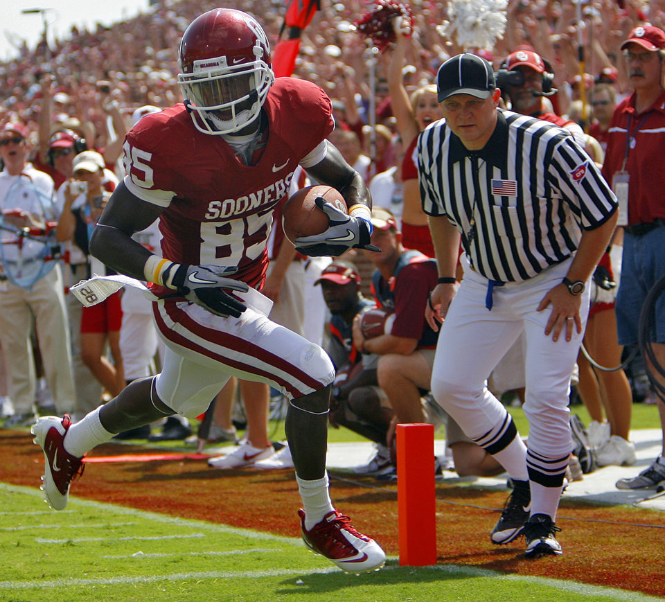 Oklahoma's Ryan Broyles scores a touchdown during the first half of the college football game between the University of Oklahoma Sooners (OU) and the Florida State University Seminoles (FSU) on Sat., Sept. 11, 2010, in Norman, Okla.  Photo by Chris Landsberger, The Oklahoman ORG XMIT: KOD