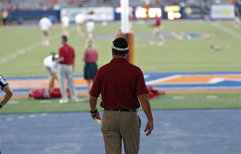 Photo - Bob Stoops takes to the field during the college football game between the University of Oklahoma Sooners (OU) and the University of Texas El Paso Miners (UTEP) at Sun Bowl Stadium on Saturday, Sept. 1, 2012, in El Paso, Tex.  Photo by Chris Landsberger, The Oklahoman