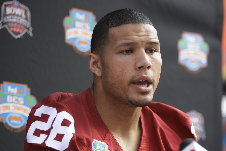 Photo - OU / COLLEGE FOOTBALL / BCS NATIONAL CHAMPIONSHIP GAME / BOWL GAME / BOWL CHAMPIONSHIP SERIES: University of Oklahoma's Travis Lewis (28) speaks during media day at Dolphin Stadium in Miami Monday Jan. 5, 2009. Oklahoma will play Florida for the BCS Championship Thursday Jan. 8, 2009.(AP Photo/J.Pat Carter) ORG XMIT: MH109