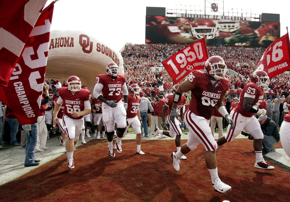 Photo - The Sooner team comes on to the field for the college football game between The University of Oklahoma Sooners (OU) and the Baylor Bears at the Gaylord Family-Oklahoma Memeorial Stadium on Saturday, Oct. 10, 2009, in Norman, Okla.