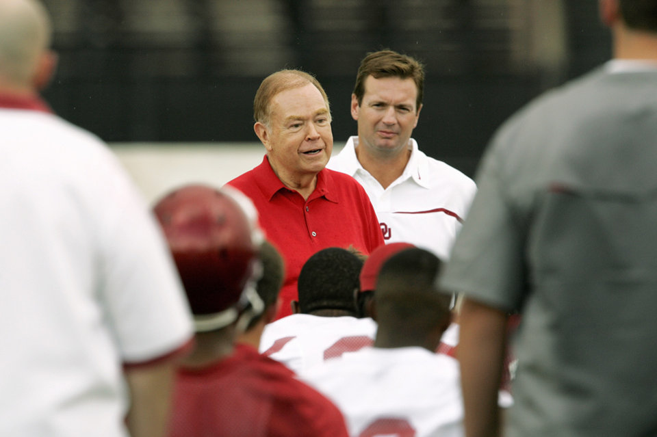 Photo - OU president David Boren, left, wiith head coach Bob Stoops at his side, talks to the University of Oklahoma Sooners at the start of college football practice at the OU rugby fields, Thursday, August 3, 2006, in Norman, Okla. By Nate Billings, The Oklahoman