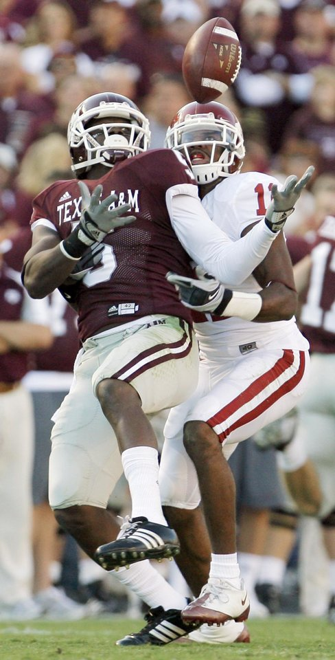Photo - OU's Lendy Holmes breaks up a pass intended for Howard Murrow of Texas A&M in the first half during the college football game between the University of Oklahoma (OU) and Texas A&M University (TAMU) at Kyle Field in College Station, Texas, Saturday, Nov. 8, 2008. BY NATE BILLINGS, THE OKLAHOMAN