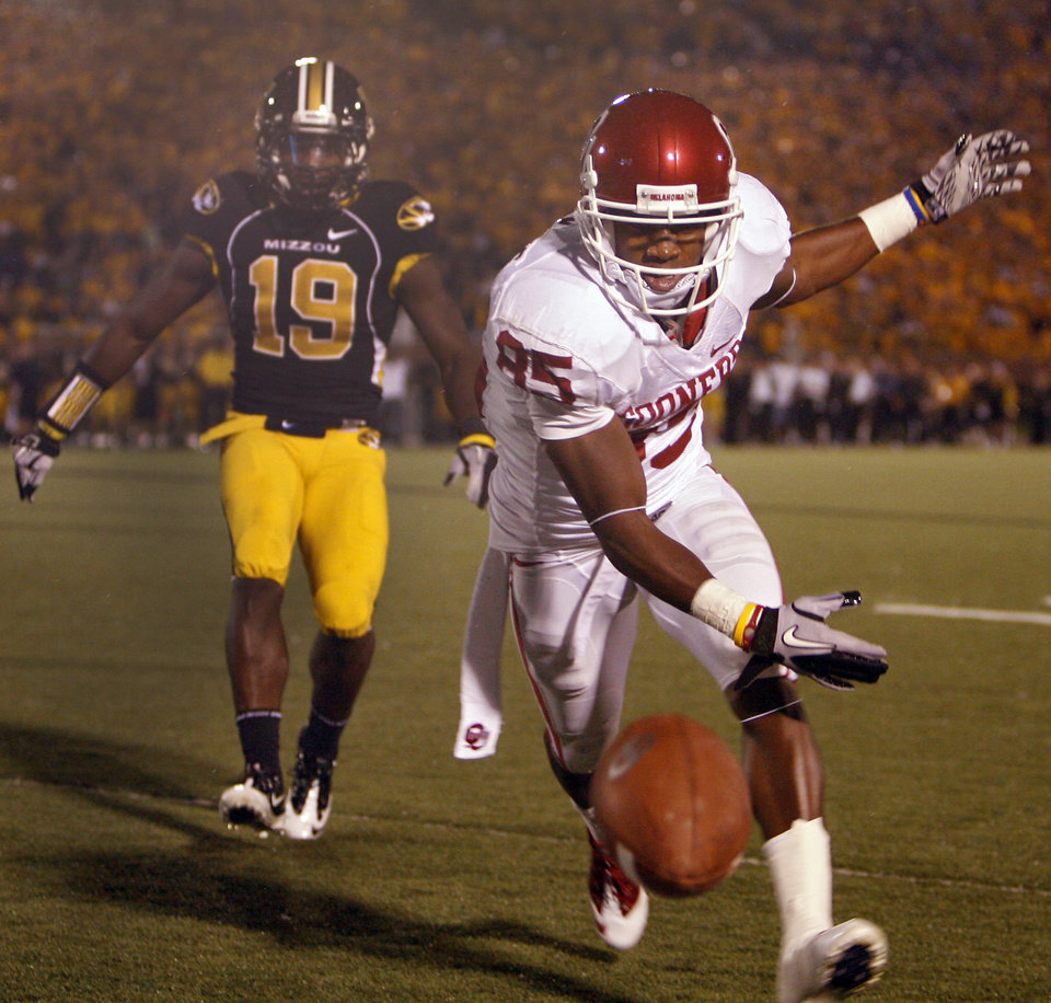 Photo - Oklahoma's Ryan Broyles (85) misses a catch in the end zone during the second half of the college football game between the University of Oklahoma Sooners (OU) and the University of Missouri Tigers (MU) on Saturday, Oct. 23, 2010, in Columbia, Mo. Oklahoma lost the game 36-27. Photo by Chris Landsberger, The Oklahoman