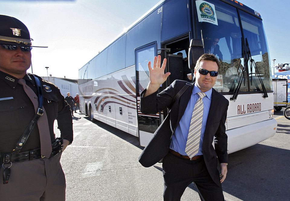 Photo - Oklahoma coach Bob Stoops waves to fans as he gets off the bus as they team arrives for the Brut Sun Bowl college football game between the University of Oklahoma Sooners (OU) and the Stanford University Cardinal on Thursday, Dec. 31, 2009, in El Paso, Tex.   Photo by Chris Landsberger, The Oklahoman