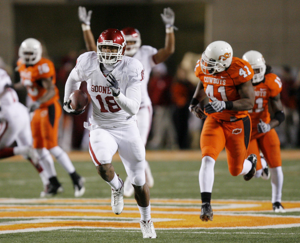 Photo - Jermaine Gresham takes a reception for a touchdown during the second half of the college football game between the University of Oklahoma Sooners (OU) and Oklahoma State University Cowboys (OSU) at Boone Pickens Stadium on Saturday, Nov. 29, 2008, in Stillwater, Okla. STAFF PHOTO BY CHRIS LANDSBERGER