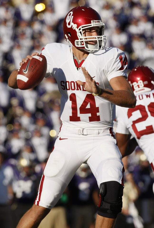 Photo - OU: University of Oklahoma quarterback Sam Bradford drops back to pass against Washington during the first quarter of an NCAA college football game in Seattle, Saturday, Sept. 13, 2008. Bradford completed 18 passes in 21 attempts for 304 yards in the 55-14 win over Washington. (AP Photo/John Froschauer) ORG XMIT: WAJF116