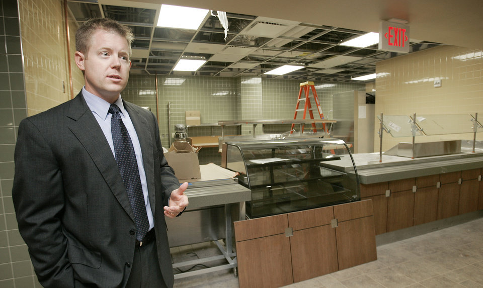 Photo - CHIEF OPERATING OFFICER: COO John Austin shows the cafeteria area as he gives a tour of the new Oklahoma Heart Hospital south campus Thurs. Aug. 20, 2009. Photo by Jaconna Aguirre, The Oklahoman. ORG XMIT: KOD