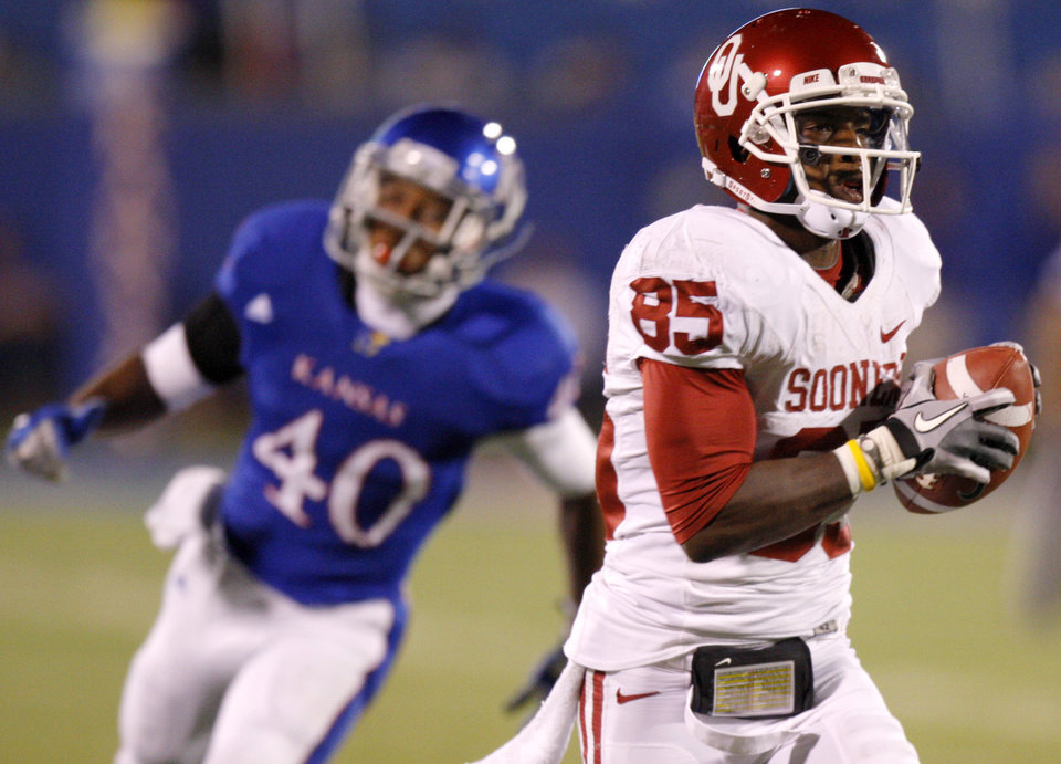 Photo - Oklahoma's Ryan Broyles (85) catches a pass for a touchdown and sets the NCAA receptions record during the college football game between the University of Oklahoma Sooners (OU) and the University of Kansas Jayhawks (KU) at Memorial Stadium in Lawrence, Kansas, Saturday, Oct. 15, 2011. Photo by Bryan Terry, The Oklahoman