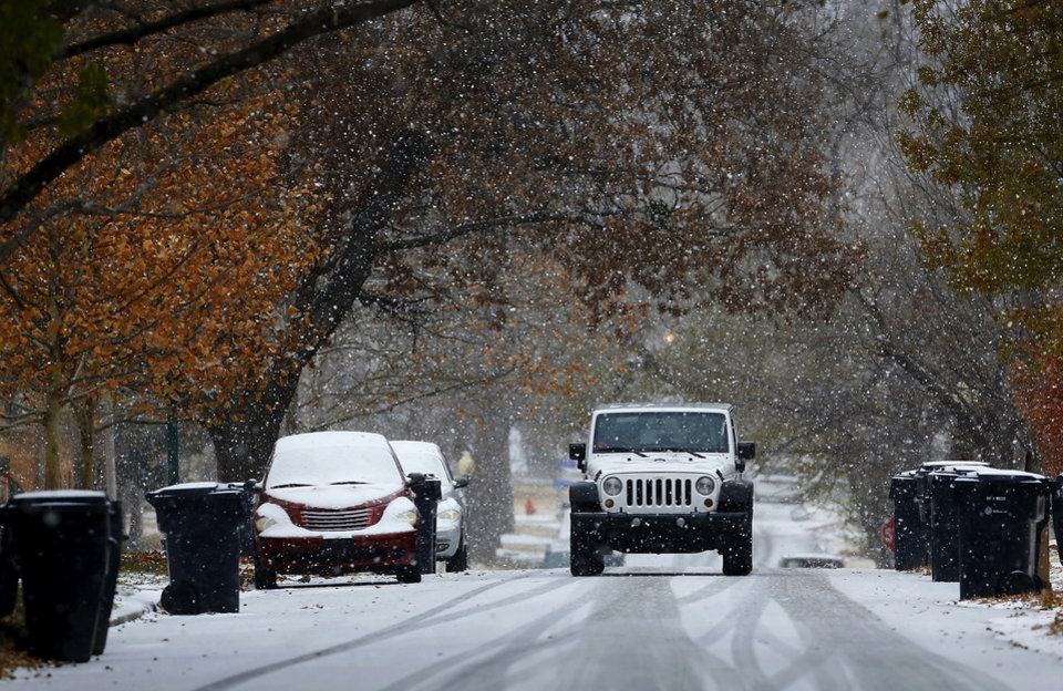 Photo - Snow begins to cover NW 20 in Heritage Hills as a strong winter storm, bringing snow and ice,  moved across the state and through the metro area Thursday afternoon, Dec. 5, 2013. Photo by Jim Beckel, The Oklahoman