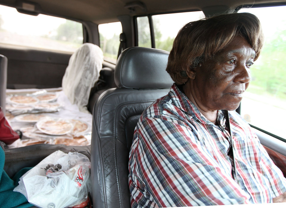 Photo - MISSING PERSONS / WOMAN: Edna Pitts sells homemade pies and cinnamon rolls to raise money for a reward for her missing daughter Tina Pitts April 29, 2009. MIKE SIMONS/Tulsa World ORG XMIT: KOD