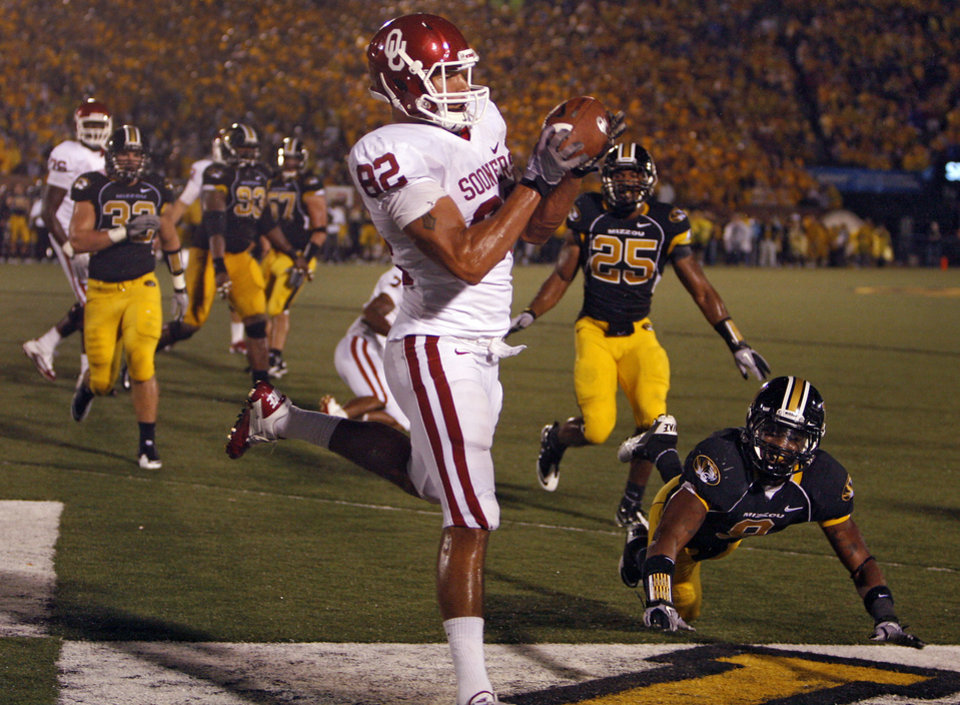 Photo - Oklahoma's James Hanna (82) catches the ball for a touchdown during the second half of the college football game between the University of Oklahoma Sooners (OU) and the University of Missouri Tigers (MU) on Saturday, Oct. 23, 2010, in Columbia, Mo. Oklahoma lost the game 36-27. Photo by Chris Landsberger, The Oklahoman