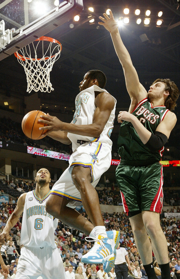 Photo - Hornet Desmond Mason (24) moves to the hoop between fellow Hornet Tyson Chandler (6) and Andrew Bogut (6) of the Bucks during the NBA basketball game between the New Orleans/Oklahoma City Hornets and the Milwaukee Bucks at the Ford Center in Oklahoma City, Thursday, Feb. 8, 2007. By Nate Billings, The Oklahoman  ORG XMIT: KOD