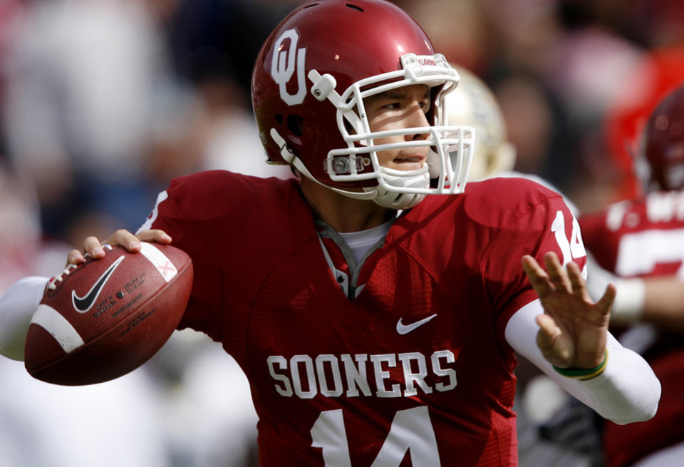 Photo - Sam Bradford looks to pass the ball during the first half of the college football game between the University of Oklahoma Sooners (OU) and the Baylor University Bears at Gaylord Family-Oklahoma Memorial Stadium on Saturday, Oct. 10, 2009, in Norman, Okla.    Photo by Chris Landsberger, The Oklahoman. ORG XMIT: KOD