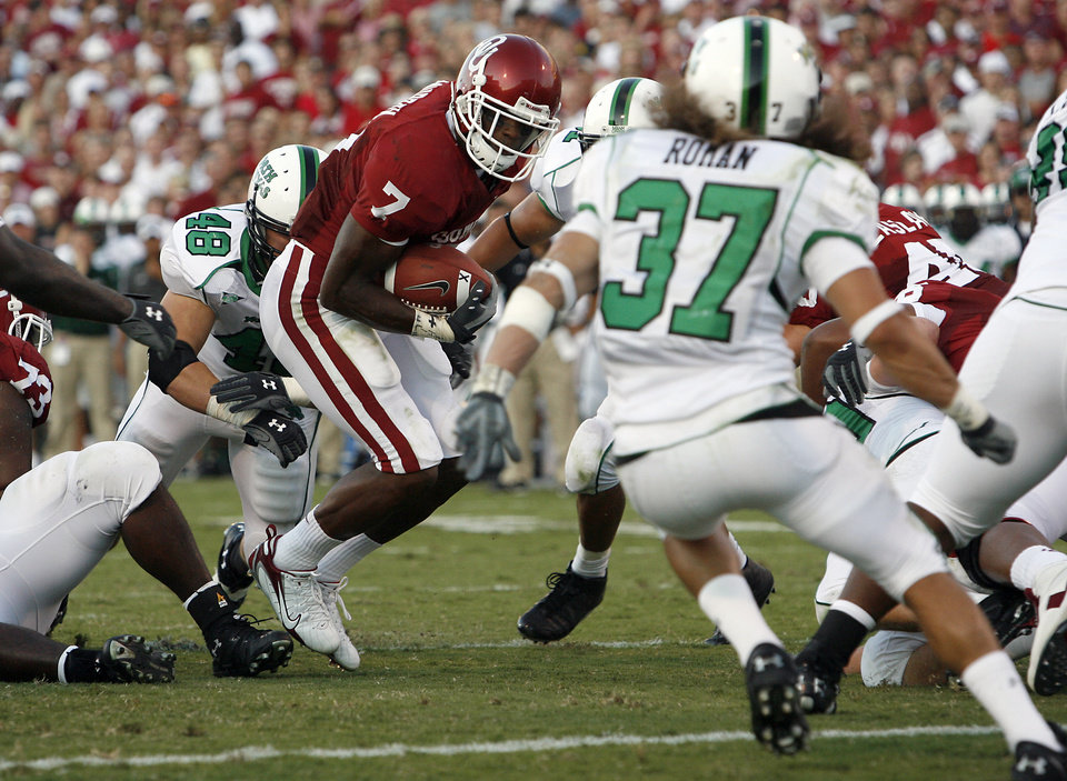 Photo - Oklahoma's DeMarco Murray (7) cuts through the North Texas defense on his way to the end zone in the first half during the University of Oklahoma Sooners (OU) college football game against the University of North Texas Mean Green (UNT) at the Gaylord Family -- Oklahoma Memorial Stadium, on Saturday, Sept. 1, 2007, in Norman, Okla.   By STEVE SISNEY, The Oklahoman  ORG XMIT: KOD