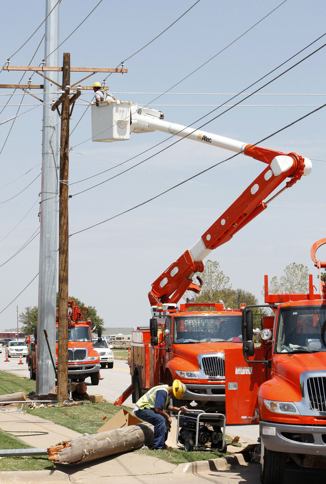 Oklahoma Gas and Electric Co. crews work on Rockwell Avenue between Memorial Road and NW 122.  PHOTO BY PAUL B. SOUTHERLAND, Oklahoman Archives Photo