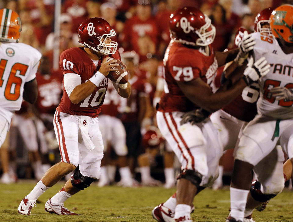 Photo - Blake Bell (10) looks for a receiver during the second half of the college football game between the University of Oklahoma Sooners (OU) and Florida A&M Rattlers at Gaylord Family—Oklahoma Memorial Stadium in Norman, Okla., Saturday, Sept. 8, 2012. Photo by Steve Sisney, The Oklahoman