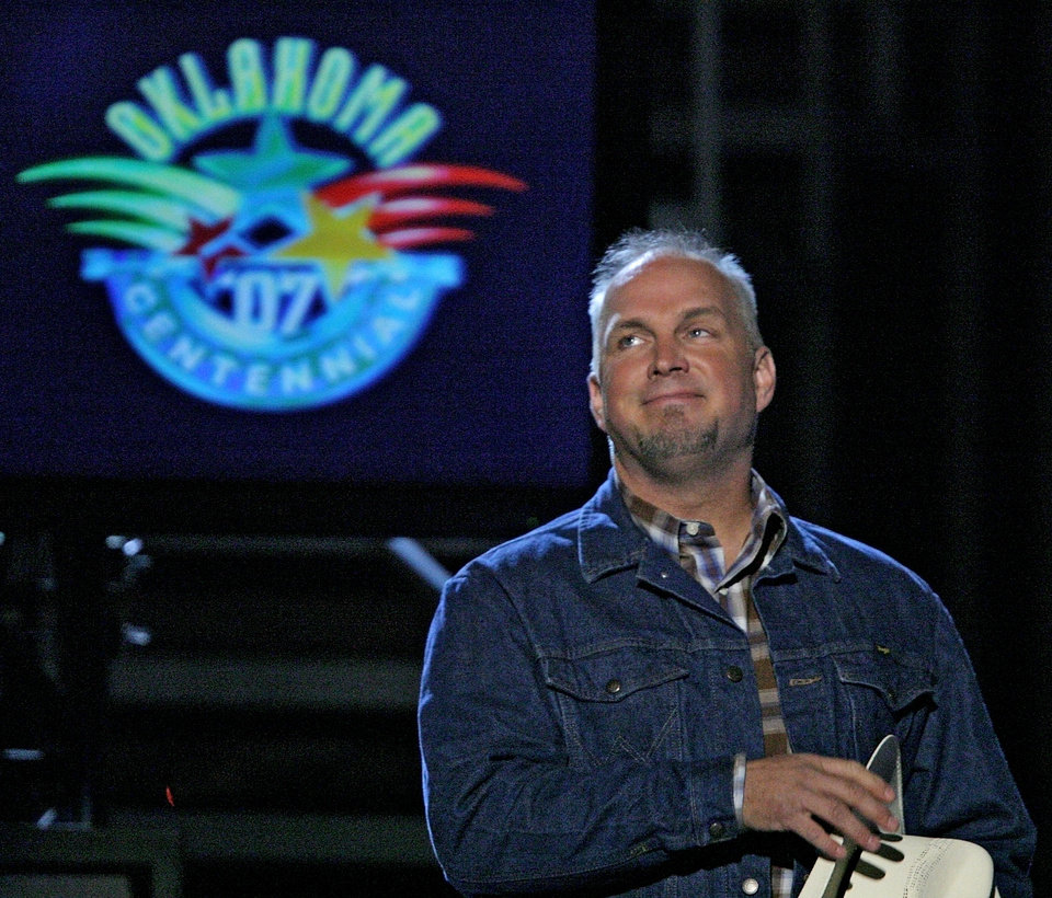 Photo - CONCERT: Garth Brooks is greeted by the fans during the Centennial Spectacular to celebrate the 100th birthday of the State of Oklahoma at the Ford Center on Friday, Nov. 16, 2007, in Oklahoma City, Okla.   Photo By CHRIS LANDSBERGER, The Oklahoman ORG XMIT: KOD