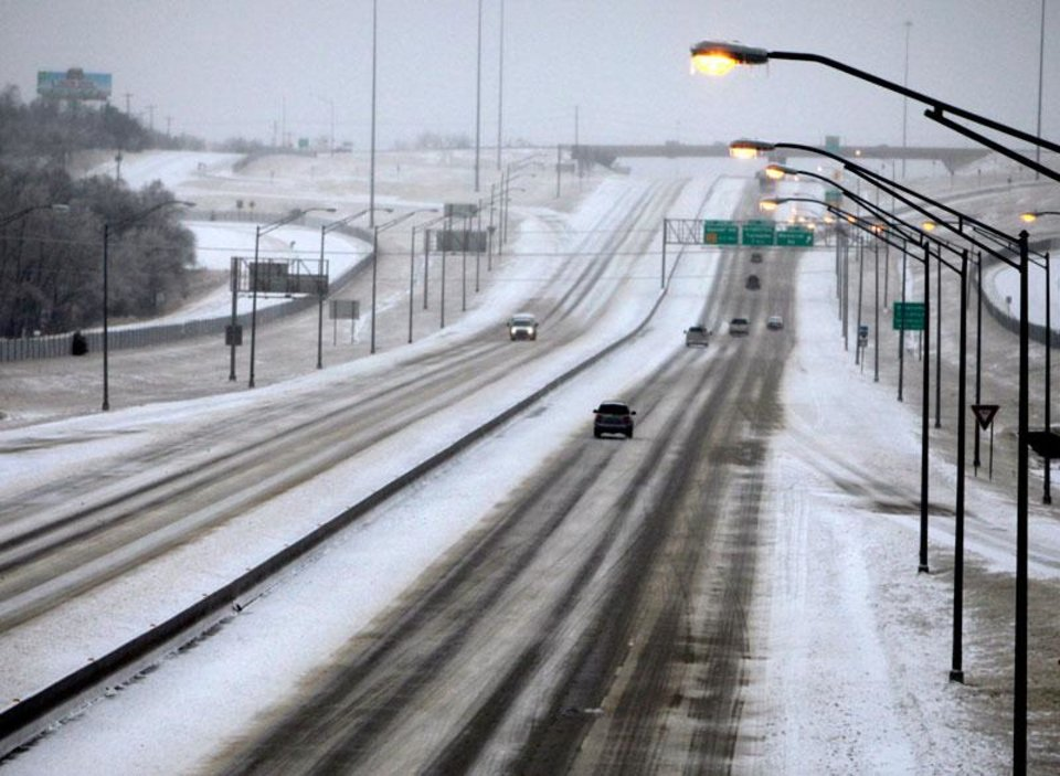 Photo -  Cars are scarce on I-35 in Edmond, Okla., Friday, Jan. 29, 2010. By Paul Hellstern, The Oklahoman