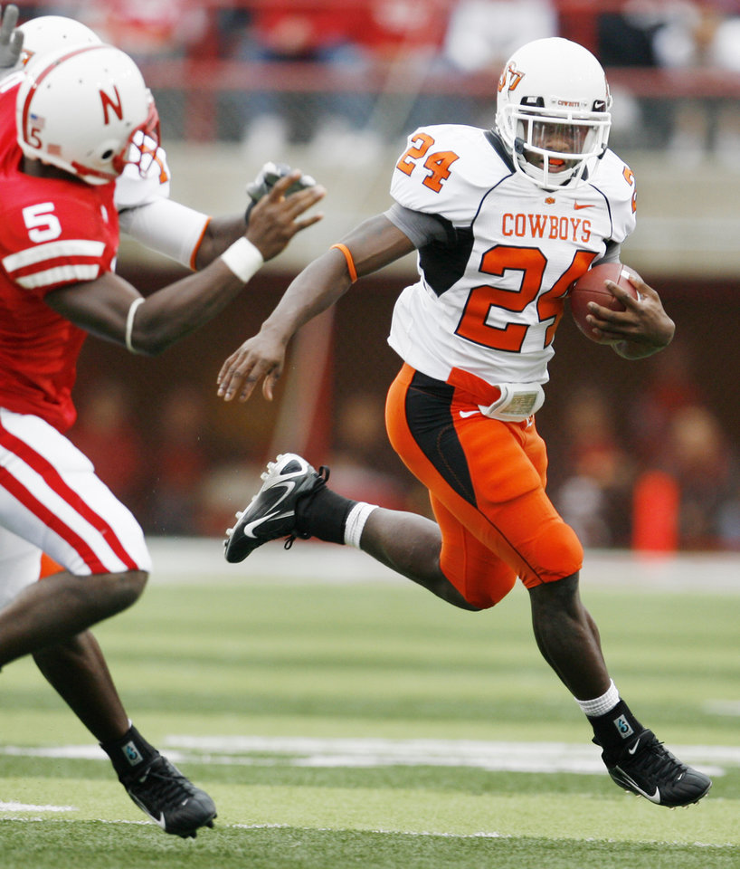 Photo - Kendall Hunter runs for a touchdown in the second quarter of the college football game between Oklahoma State University (OSU) and the University of Nebraska at Memorial Stadium in Lincoln, Neb., on Saturday, Oct. 13, 2007. By Bryan Terry, The Oklahoman