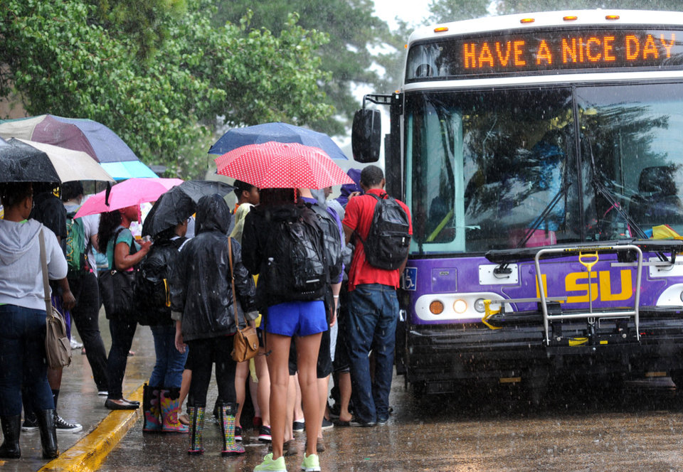 Photo -   Students load a bus to take them off campus in front of Lockett Hall in Baton Rouge, La.,, Monday, Sept. 17, 2012 after an emergency text message was sent out. Thousands of students, professors and workers were evacuated from Louisiana State University's main campus following a bomb threat, school officials said. (AP Photo/The Daily Reveille, Catherine Threlkeld)