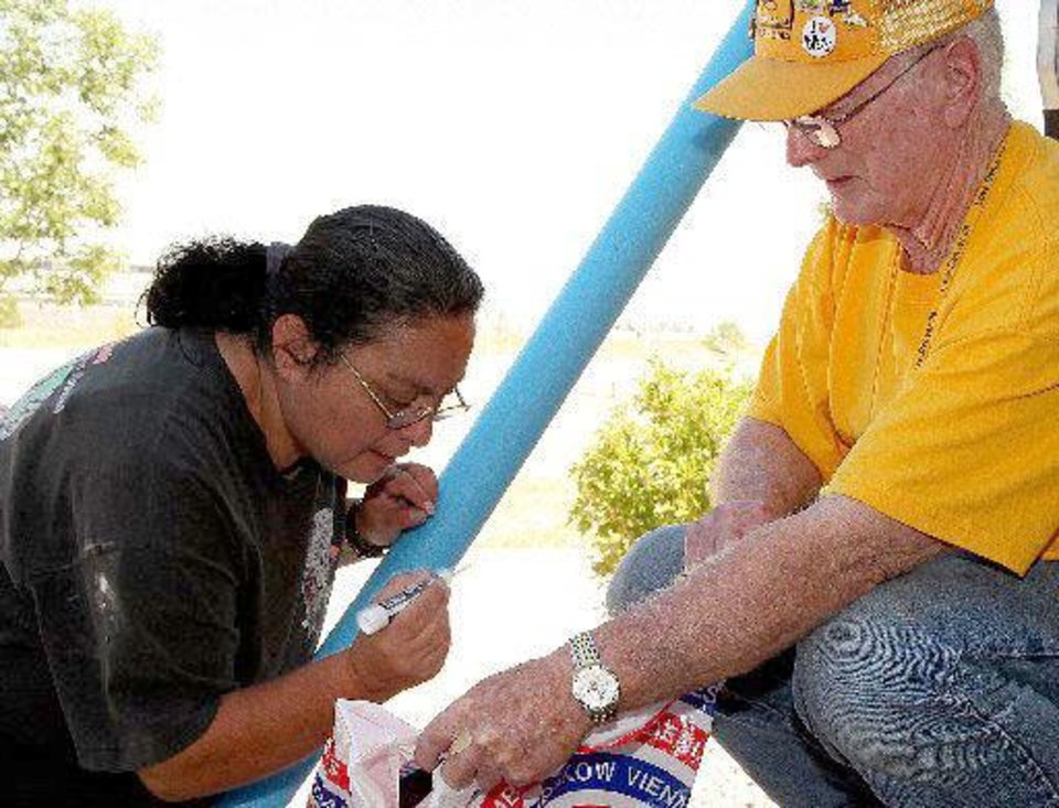 Photo - Peggy Sanchez, displaced from Poudre Park by a fire in High Park, Colo., turns her laundry over to Frank Mitchell of First Baptist Church of Chandler, who is a volunteer with the Southern Baptist Convention's Disaster Relief Team. Photo provided by Michael Bettis