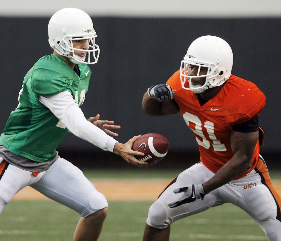 Photo - OKLAHOMA STATE UNIVERSITY / OSU / COLLEGE FOOTBALL / ORANGE AND WHITE SPRING GAME: OSU's Clint Chelf (10) hands the ball off to Jeremy Smith (31) during the Oklahoma State Orange and White spring football game at Boone Pickens Stadium in Stillwater, Okla., Saturday, April 17, 2010. Photo by Nate Billings, The Oklahoman ORG XMIT: KOD