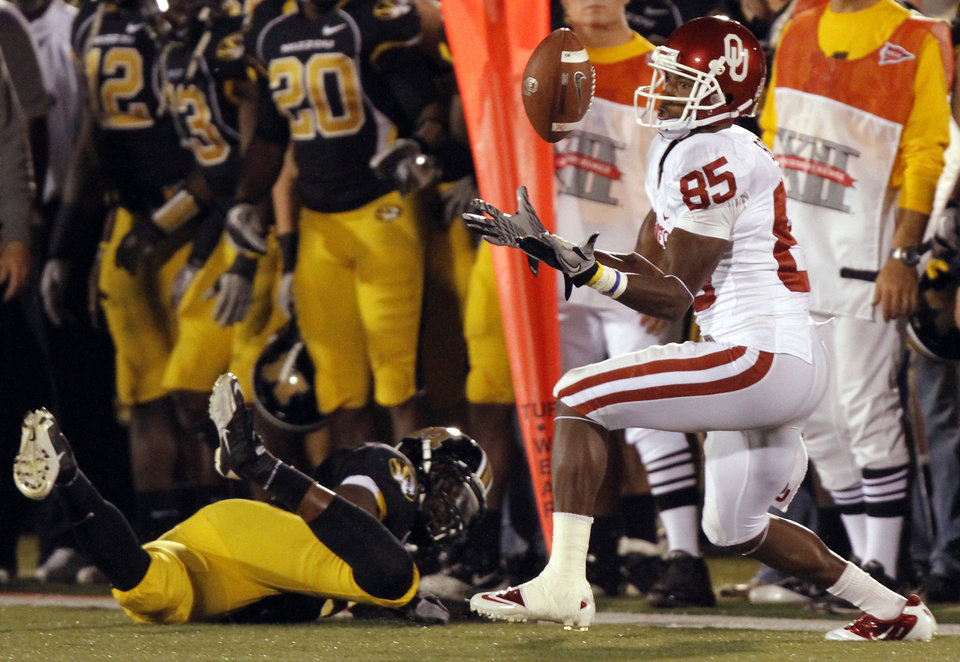 Photo - Oklahoma's Ryan Broyles (85) catches a ball during the first half of the college football game between the University of Oklahoma Sooners (OU) and the University of Missouri Tigers (MU) on Saturday, Oct. 23, 2010, in Columbia, Mo.  Photo by Chris Landsberger, The Oklahoman