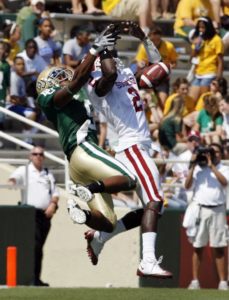 Brian Jackson breaks up a pass to T. J. Scranton in the first half during the college football game between Oklahoma (OU) and Baylor University at Floyd Casey Stadium in Waco, Texas, Saturday, October 4, 2008.   BY STEVE SISNEY, THE OKLAHOMAN