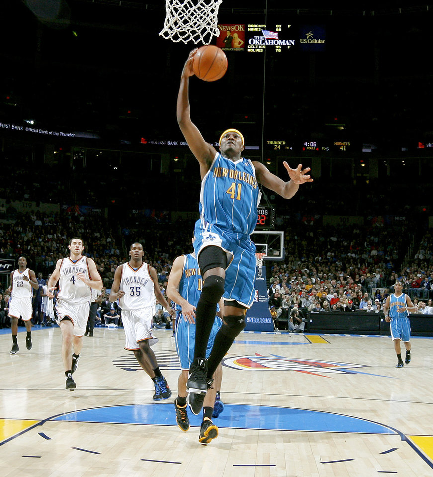 Photo - James Posey of New Orleans dunks the ball during the NBA basketball game between the Oklahoma City Thunder and the New Orleans Hornets at the Ford Center in Oklahoma City on Friday, Nov. 21, 2008.  BY BRYAN TERRY, THE OKLAHOMAN