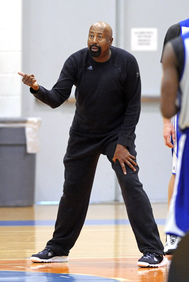 Photo - New York Knicks coach Mike Woodson, talks to his players during NBA basketball training camp Tuesday, Oct. 1, 2013, in Greenburgh, N.Y. (AP Photo/Bill Kostroun)