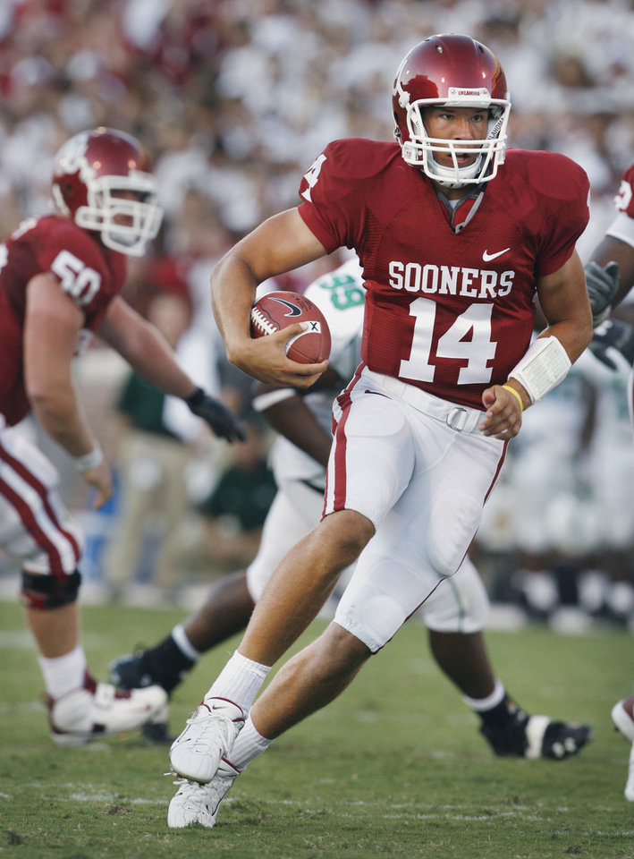 Photo - Quarterback Sam Bradford keeps and runs up the middle in the first half during the University of Oklahoma Sooners (OU) college football game against the University of North Texas Mean Green (UNT) at the Gaylord Family - Oklahoma Memorial Stadium, on Saturday, Sept. 1, 2007, in Norman, Okla.   By STEVE SISNEY, The Oklahoman   ORG XMIT: KOD