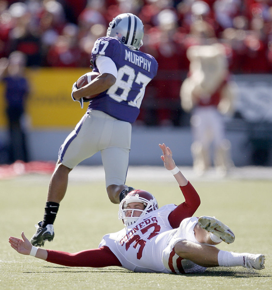 Photo - Kansas State's Deon Murphy returns a kickoff past OU's Matthew Moreland on his way to a touchdown EDIT: HE DID NOT SCORE A TOUCHDOWN ON THIS PLAY during the college football game between the University of Oklahoma and Kansas State University in Manhattan, Kansas, Saturday, October 25, 2008.  BY BRYAN TERRY, THE OKLAHOMAN   ORG XMIT: KOD