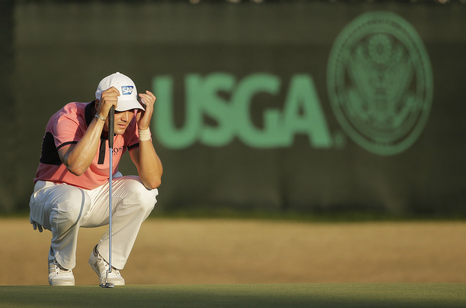 Photo - Martin Kaymer, of Germany, lines up his putt on the 18th hole during the third round of the U.S. Open golf tournament in Pinehurst, N.C., Saturday, June 14, 2014. (AP Photo/Chuck Burton)