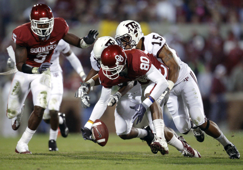 OU's Adron Tennell catches a touchdown pass in front of texas A&M's Terrence Frederick during the Big 12 college football game between the University of Oklahoma Sooners and the Texas A&M Aggies at Gaylord Family - Oklahoma Memorial Stadium in Norman, Okla., Saturday, November 14, 2009. Photo by Bryan Terry, The Oklahoman