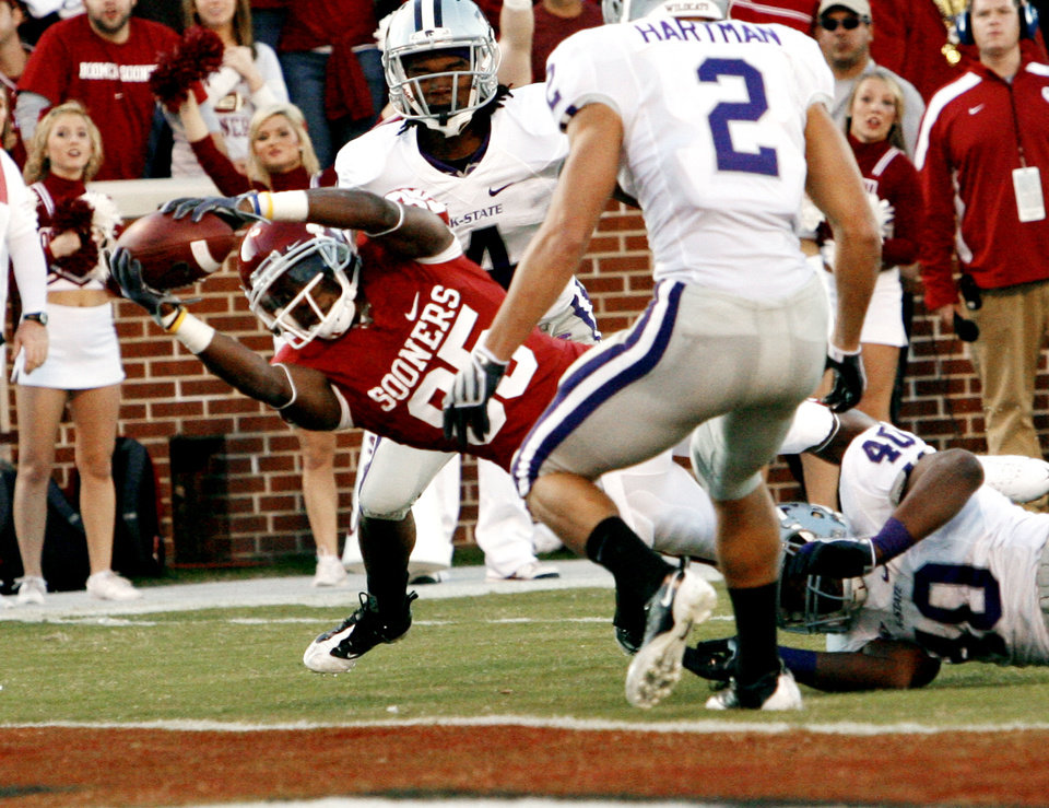 Photo - TOUCHDOWN: Ryan Broyles scores during the first half of the college football game between the University of Oklahoma Sooners (OU) and the Kansas State University Wildcats (KSU) at the Gaylord Family -- Oklahoma Memorial Stadium on Saturday, Oct. 31, 2009, in Norman, Okla. Photo by Steve Sisney, The Oklahoman ORG XMIT: KOD