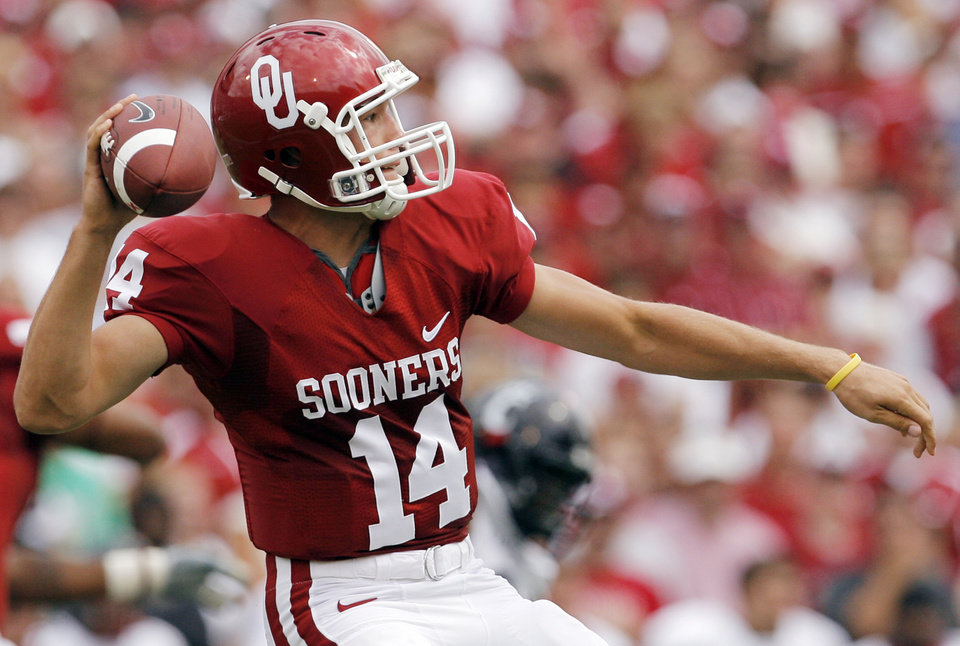 Photo - OU's Sam Bradford (14) passes in the first half during the college football game between the University of Oklahoma and Cincinnati at Gaylord Family -- Oklahoma Memorial Stadium in Norman, Okla., Saturday, September 6, 2008. BY NATE BILLINGS, THE OKLAHOMAN ORG XMIT: KOD