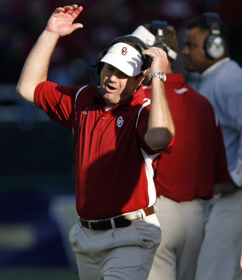 Photo - Coach Bob Stoops reacts to a call by the officials during the first half of the college football game between the University of Oklahoma Sooners (OU) and the University of Washington Huskies (UW) at Husky Stadium on Saturday, Sep. 13, 2008, in Seattle, Wash. 
