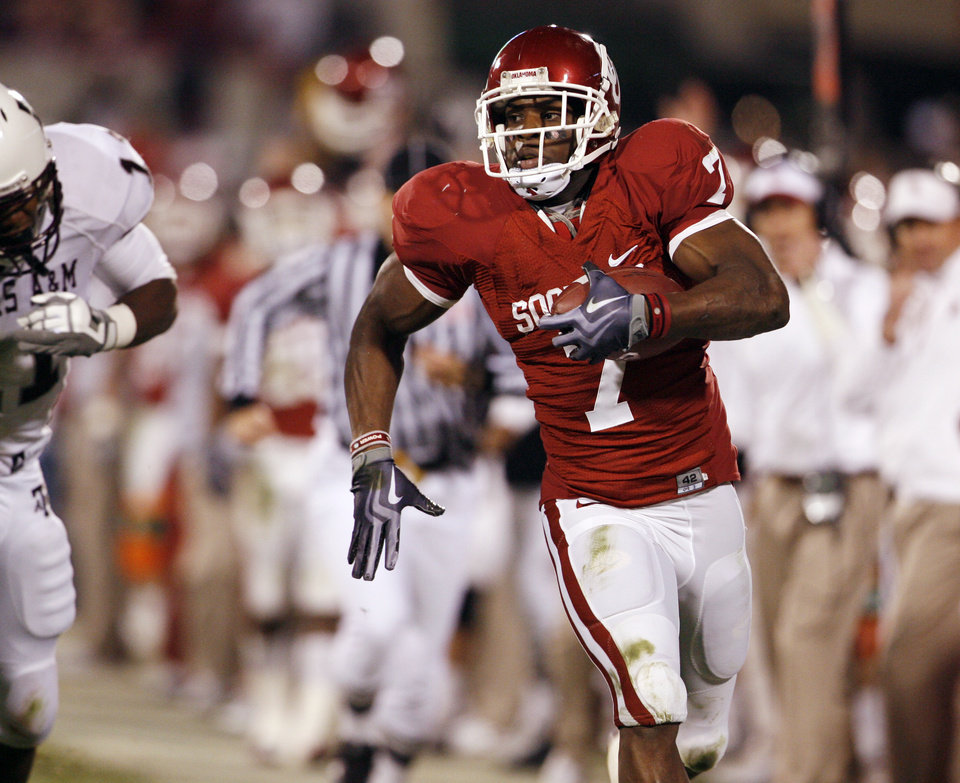 Photo - DeMarco Murray returns an interception for a touchdown during the first half of the college football game between the University of Oklahoma Sooners (OU) and the Texas A&M at the Gaylord Familiy-Oklahoma Memorial Stadium on Saturday, Oct. 31, 2009, in Norman, Okla.