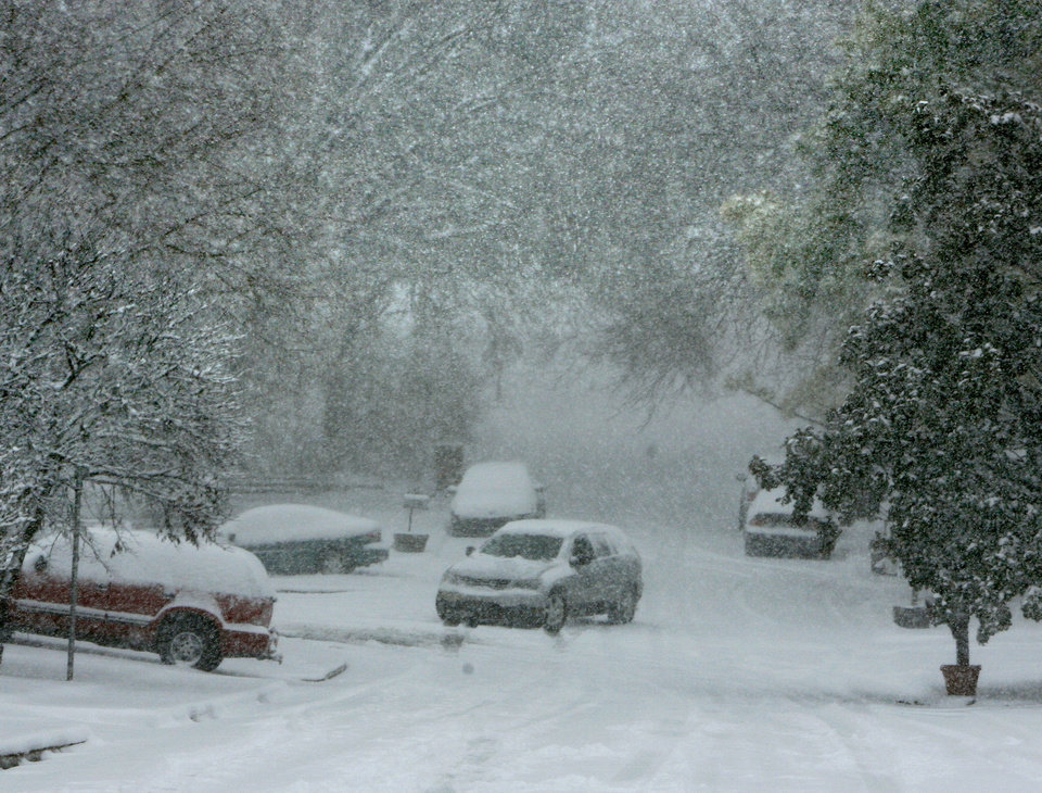 Photo - Heavy snow falls on Ridgecrest Ave. in Edmond, OK, Friday, Jan. 29, 2010. By Paul Hellstern, The Oklahoman
