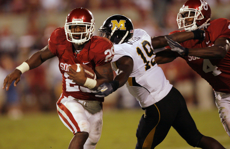 Photo - Oklahoma's Chris Brown (29) gets a block by Malcolm Kelly (4) to get past Missouri's Carl Gettis (19) to score a touchdown during the second half of the college football game between  the University of Oklahoma Sooners (OU) and the University of Missouri Tigers (MU) at the Gaylord Family Oklahoma Memorial Stadium on Saturday, Oct. 13, 2007, in Norman, Okla.By CHRIS LANDSBERGER, The Oklahoman