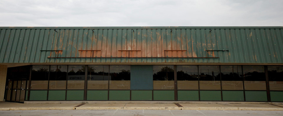 Photo - Rundown West Park Mall, a 124,955-square-foot shopping center in Warr Acres, has a new owner who plans to redevelop it into new retail. Photo by BRYAN TERRY, THE OKLAHOMAN