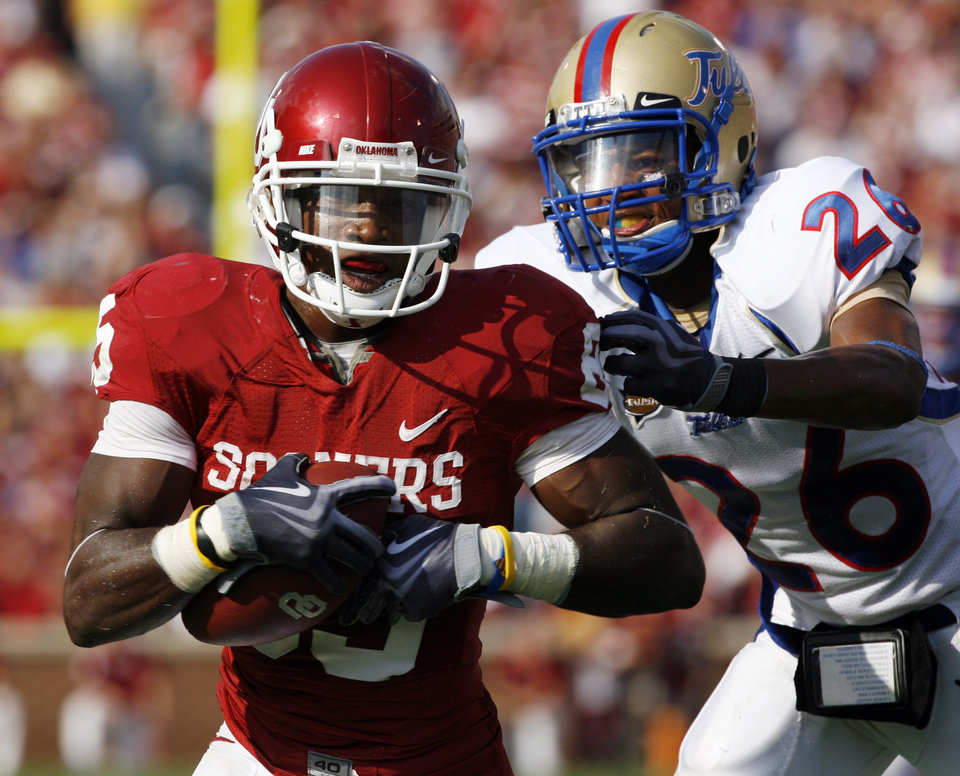 Photo - Ryan Broyles heads for the end zone on a record sixth touchdown pass during the second half of the college football game between The University of Oklahoma Sooners (OU) and University of Tulsa Golden Hurricane (TU) at the Gaylord Family -- Oklahoma Memorial Stadium on Saturday, Sept. 19, 2009, in Norman, Okla.  The defender is Dexter McCoil (26).   Photo by Steve Sisney, The Oklahoman. ORG XMIT: KOD