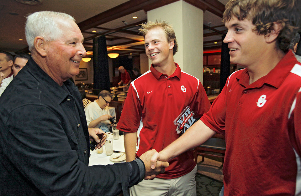Photo - Big 12 Conference freshman of year University of Oklahoma's Garrett Buechele looks on as University of Texas coach Augie Garrido shakes hands with player of the year, Oklahoma's J.T. Wise during the Big 12 Baseball Championship Tournament press conference at Mickey Mantle's on Tuesday, May 19, 2009, in Oklahoma City, Okla.   Photo by Chris Landsberger, The Oklahoman  ORG XMIT: KOD